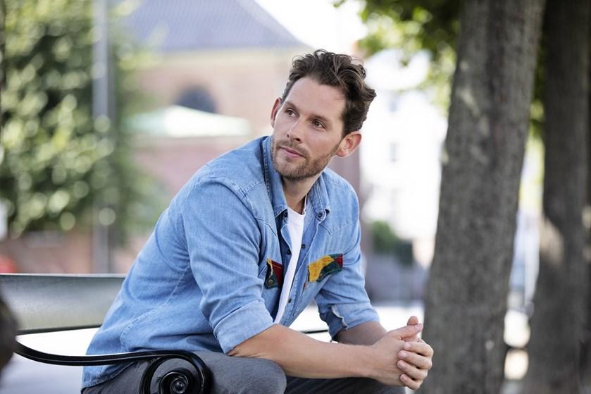 Før han mødte sin kæreste, havde den danske popsanger det ikke altid nemt ved at åbne sit hjerte.