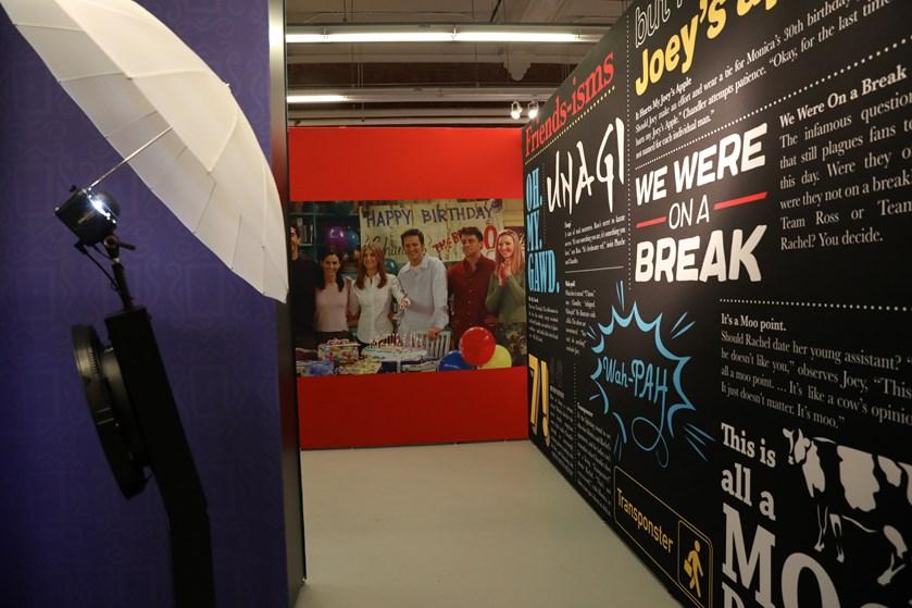 I New York fejrer en udstilling 25 år med Rachel, Monica, Phoebe, Joey, Chandler og Ross.