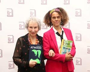 Booker Prize blev uddelt mandag aften i London. To kvindelige forfattere deler prisen.