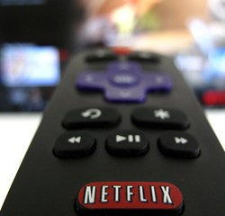 """Netflix scorer millioner af nye brugere med populære serier som """"Stranger Things"""" og """"13 Reasons Why""""."""