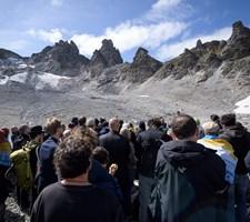 Debatten om smeltende gletsjere og klimaforandringer fylder blandt de i alt 5,3 millioner schweiziske vælgere.