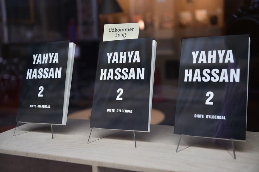 Digteren Yahya Hassan kan stadig sit kram, mener anmelderne, der sender store roser efter ny digtsamling.