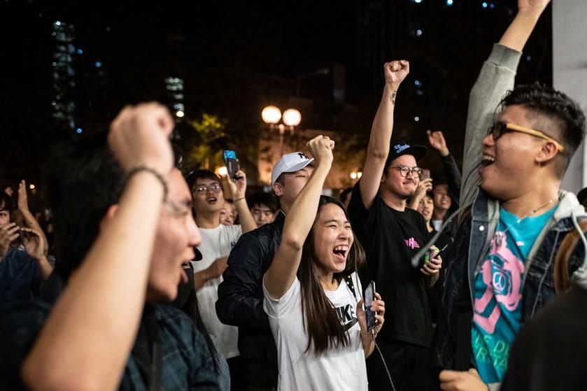 Prodemokrater vinder 388 af 452 pladser i Hongkongs distriktsråd, oplyser lokalmediet RTHK ifølge Reuters.