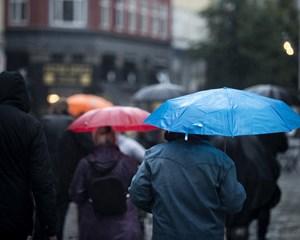 Ugen starter med hård regn og blæst, men så er der lidt er opklaring i vente, inden regnen vender tilbage.