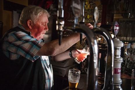 Kong Svend den Farverige skænker sin sidste øl