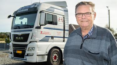 69-årig vognmand vil ikke træde på bremsen: Får leveret fire nye trækkere på sin jubilæumsdag