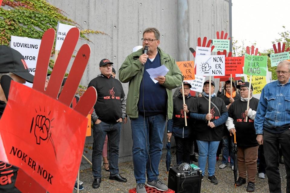 Peter Kristensen, kredsformand for socialpædagogerne i Nordjylland, taler ved demonstrationen i Frederikshavn forud for byrådsmødet onsdag. Foto: Henrik Louis