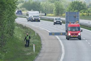 Motorvej var afspærret i to timer: Vanvidsbilist stoppet med sømmåtte