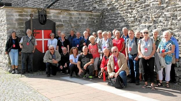 Rejseholdet fotograferet ved det sted i Tallinn, hvor Dannebrog ifølge fortællingen skulle være faldet ned. Privatfoto
