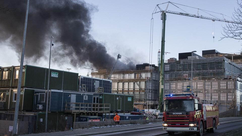 Branden på Karen Blixens Boulevard i Brabrand ved Aarhus blev slukket omkring klokken 10 mandag formiddag. Foto: Scanpix/Mikkel Berg Pedersen