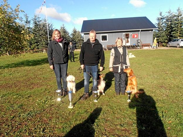 DCH Hobro løb i år af med vandrepokalen ved de lokale hundeklubbers årlige efterårskonkurrence. Her ses tre af Hobro-deltagerne Birgit Thøgersen, Peder Friis og Irene Steenklop med deres pokaler. Privatfoto