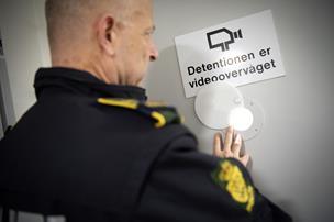 Fulderik svinede betjente: Røg i detentionen