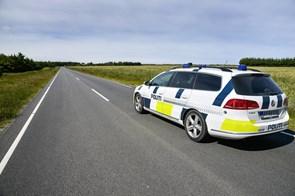 Efterlyser hvid bil efter uheld