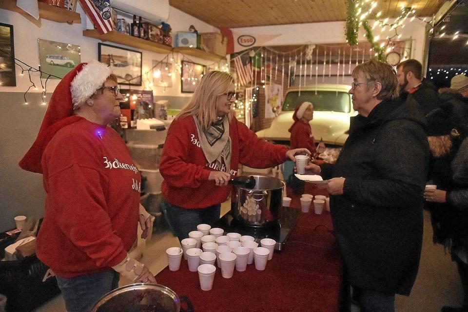 Nissekonerne Lis og Jukki delte gløggen ud med et smil. Foto: Ole Iversen Ole Iversen