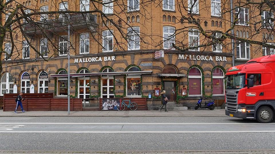 Det var her på Mallorca Bar, kvinden sad med blod på tøjet i seks timer efter drabet. Foto: Jesper Thomasen