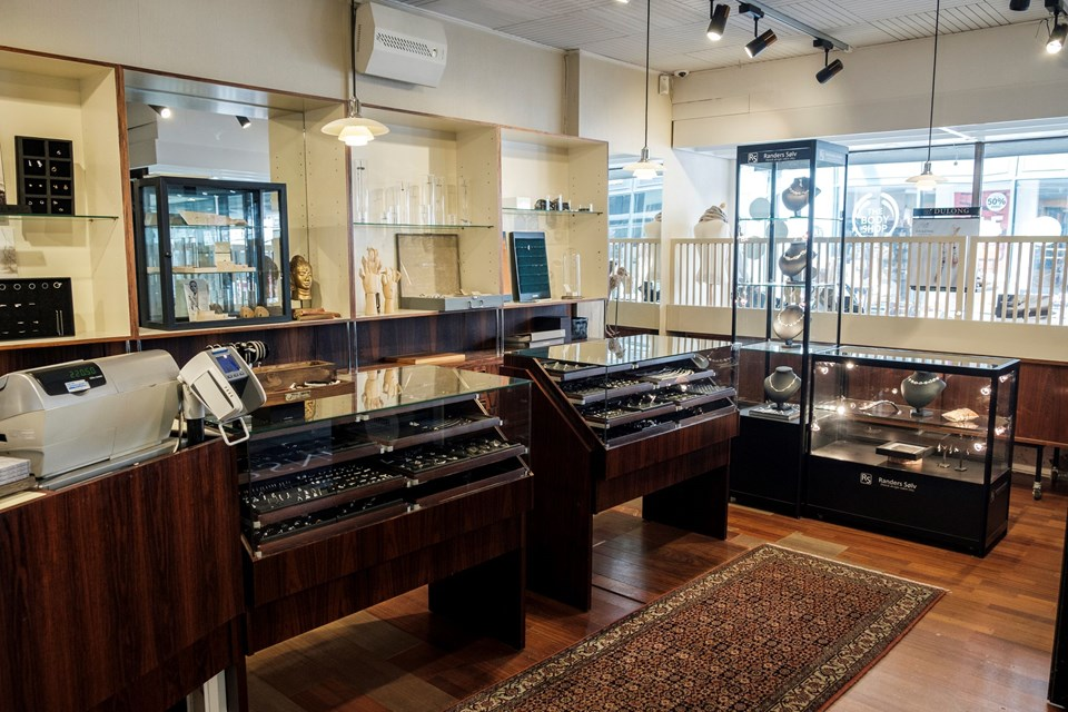 Der er stadig mange guld- og sølvsmykker i forretningen, som nu tager hul på ophørssalget.