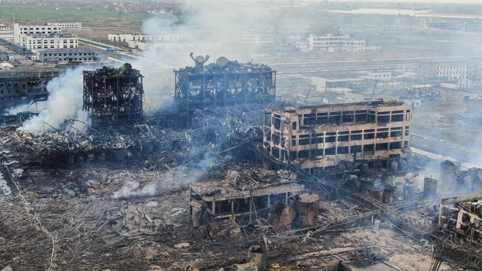 Luftfoto fra den 22. marts af kemisk fabrik, der blev ramt af en af de værste industriulykker i Kinas nyere historie. De kinesiske myndigheder har nu anholdt 17 personer i forbindelse med efterforskningen af ulykken.