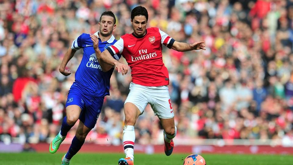 Arsenals Mikel Arteta (th) og Evertons Kevin Mirallas i kamp om bolden. Foto: Scanpix