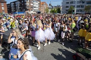12 anholdt under karneval - kvinde fik spyd igennem låret