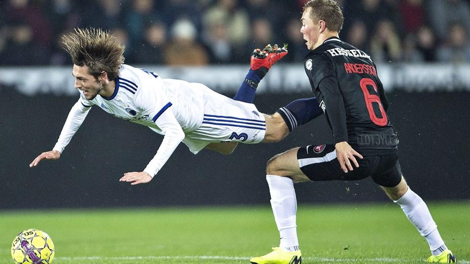 FC Københavns Rasmus Falk har været flyvende i denne sæson. På billedet er det dog en tackling fra FC Midtjyllands Joel Andersson, som får Falk op i de lidt højere luftlag.