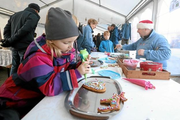 I teltet kunne man dekorere sin egen kage. Her er det Thilde, der udsmykker et honninghjerte. Foto: Allan Mortensen