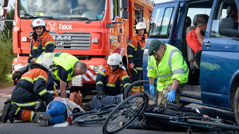 En række cyklister blev påkørt - men heldigvis var det kun en øvelse. Foto: Bo Lehm