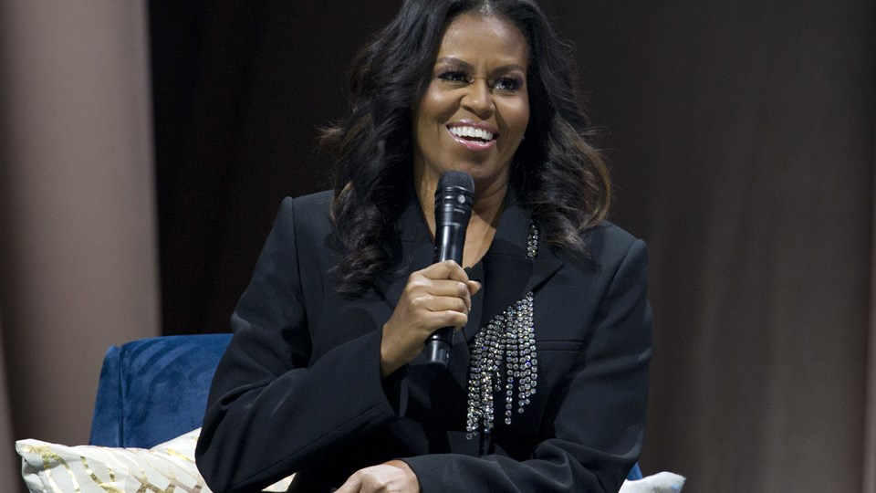 """Tidligere førstedame Michelle Obama er på bogturné for at tale om sin nye selvbiografi, """"Becoming"""", der sælger med en hast, som sjældent ses med politiske memoirer. Her taler hun ved et arrangement i Washington lørdag."""