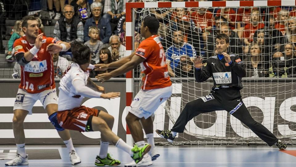 Mads Mensah (til højre) har fået troen på, at Aalborg Håndbold kan overraske i Spanien. Foto: Martin Damgård