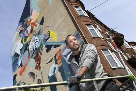 Oliver skaber 20 meter højt vægmaleri i midten af Aalborg: - Det er som Mount Everst for mig