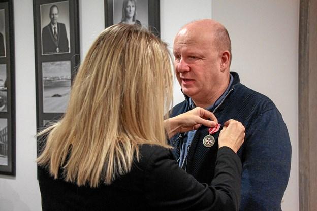 Birgit Hansen overrækker her fortjenstmedaljen til Erik Schack. Foto:  Caroline Schack