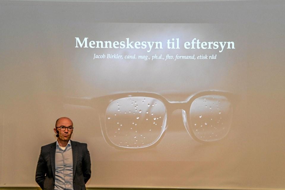 Jacob Birkler klar med sit foredrag i Folkeuniversitetet Vesthimmerland i Løgstør. Foto: Mogens Lynge Mogens Lynge