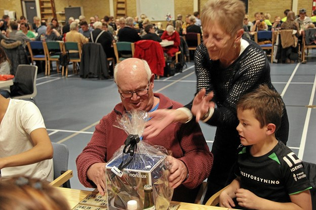 Søren Kristensen får her overrakt gevinsten efter at have fået bingo. Foto: Hans B. Henriksen Hans B. Henriksen
