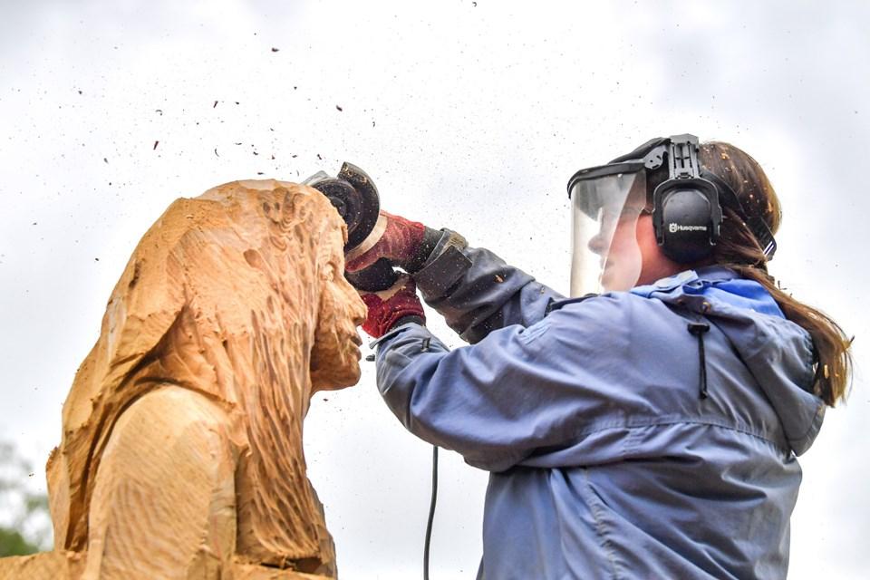 Dorthe Hedensted Lund arbejder til daglig som projektleder i Morsø Kommune. I sin fritid skaber hun træskulpturer med sin motorsav. - Der er ikke så mange kvindelige motorsavsskulptører. Men det er ikke helt uhørt, siger hun. Foto: Claus Søndberg