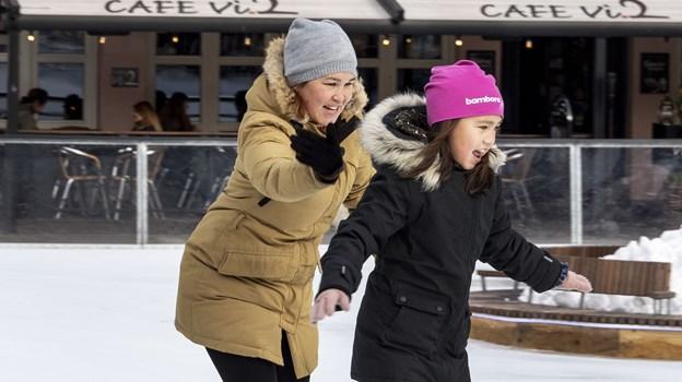 Skøjteløb er en aktivitet for både store og små, der skaber glæde hos udøverne. Den 10-årige Arina Johansen har det ganske enkelt smaddersjovt sammen med sin mor Else Johansen. Foto: Laura Guldhammer