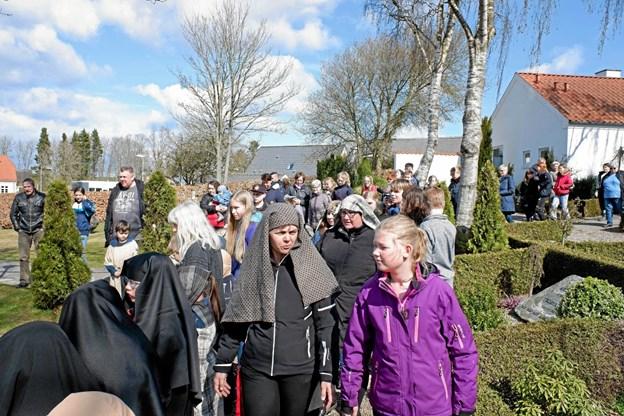 Folket er på vej til korsfæstelsen. Foto: Niels Helver Niels Helver
