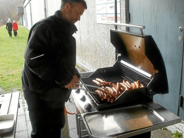 Grillpasser Claus Burchardt sørgede for varme pølser til alle. Foto: Kjeld Mølbæk Kjeld Mølbæk