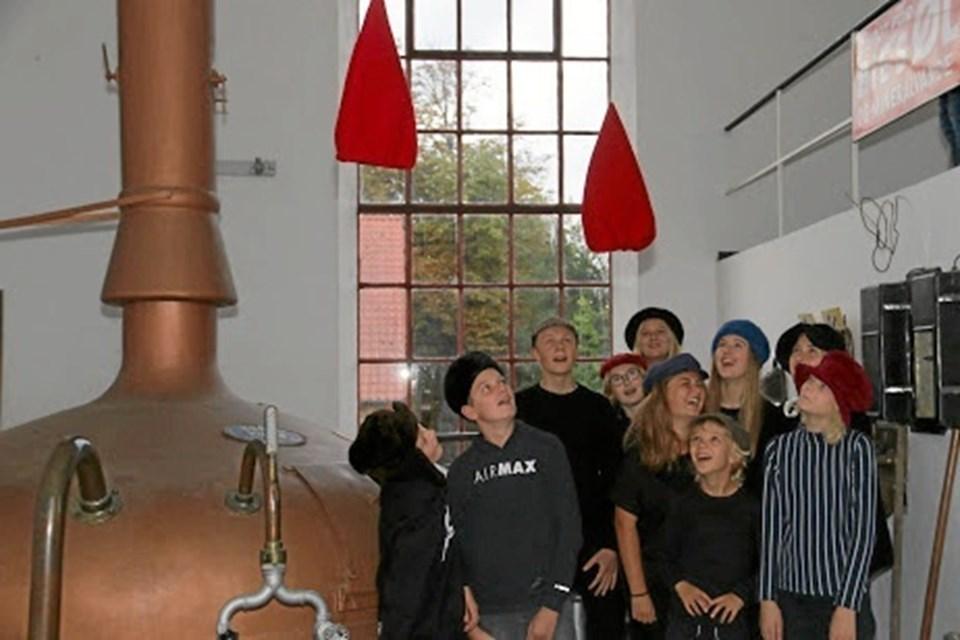 Julespilholdet på bryggeri besøg, hvor nissehue mystik pludselig blandede sig. Foto: Erik Røgild Picasa