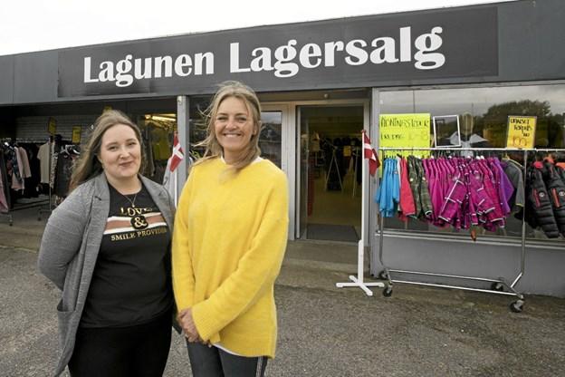 Helene Nielsen (t.v.) og daglig leder, Maiken Sigsgaard foran Lagunen Lagersalg. Foto: Allan Mortensen