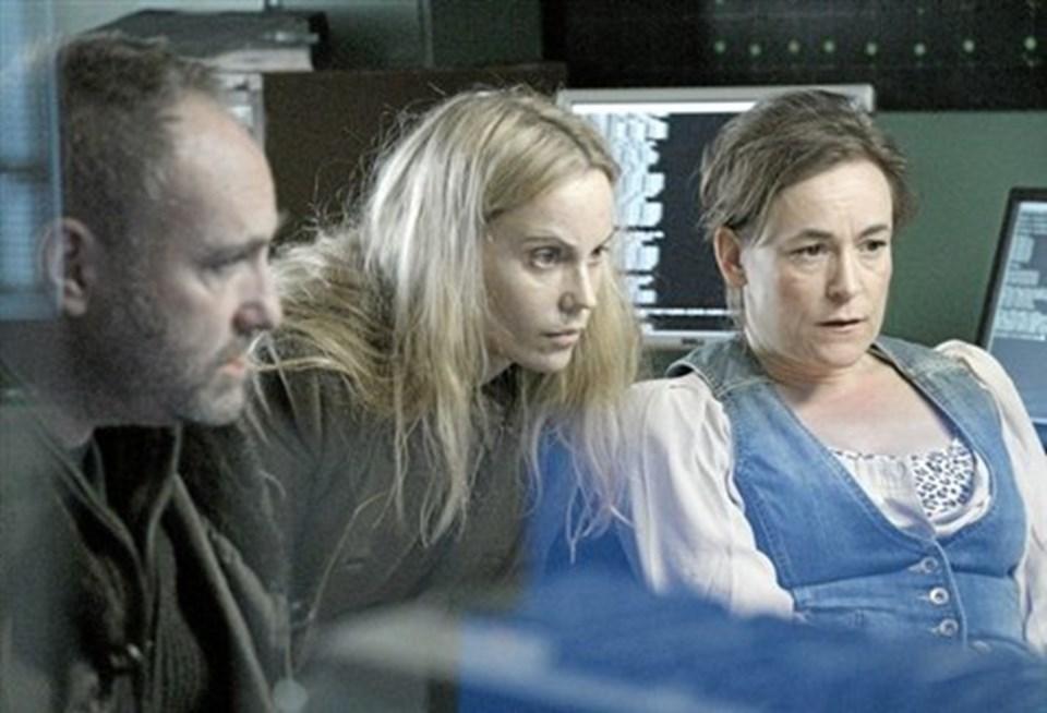 Martin og Saga tjekker chatrummet på Augusts computer med en kollega.