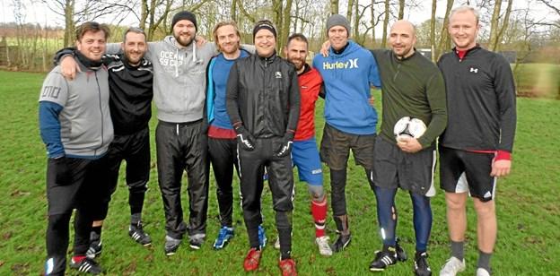 Der var i år ni af klassekammeraterne med til at fastholde den 23 årige gamle tradition med at spille fodbold sammen juleaftensdag. Foto: Kjeld Mølbæk