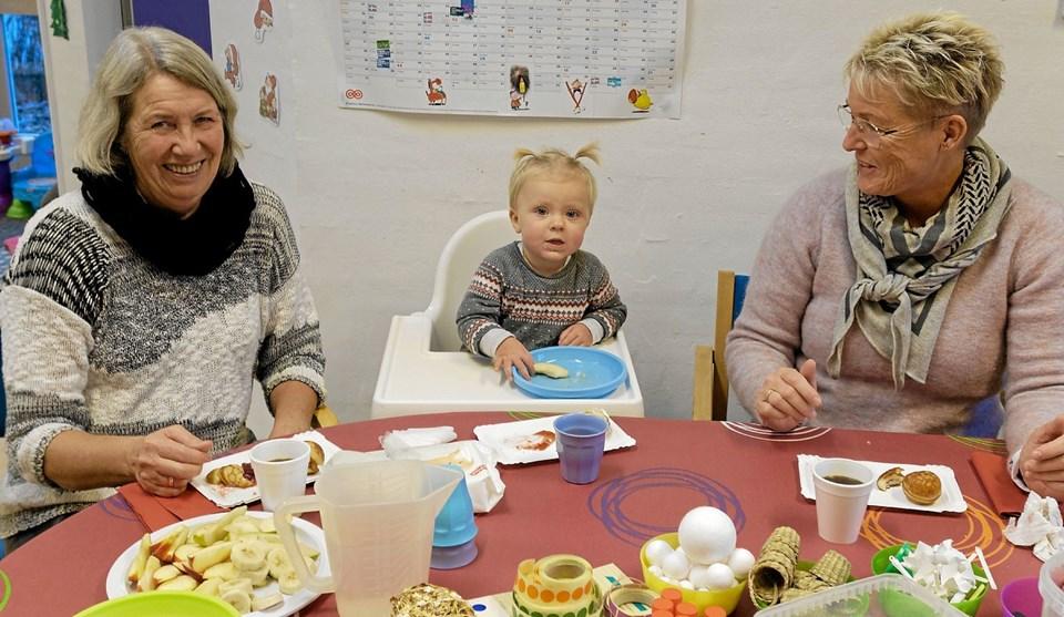 Også i vuggestuen var der gang i aktiviteterne. Agnes på 1 år hygger sig sammen med farmor Kirsten og mormor Anni. Foto: Niels Helver Niels Helver