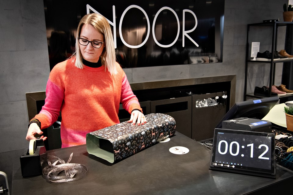 Klar, parat ... PAK IND. Butiksejer Janni Bertelsen og Noor flyver ind i konkurrencen, men så driller tapen ... og tiden går.