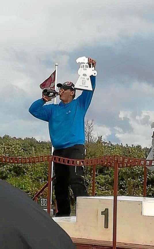 Ole Brun fik champagne og pokal for sin 3. plads i Landbrugsklasse 0.Foto: Vivi Brun