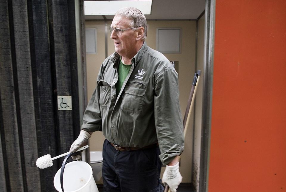 Karsten Bjørnskov, skovløber og naturvejleder, trækker hver dag i gummihandskerne for at gøre rent på toiletterne ved Nors Sø.