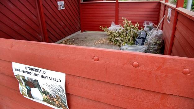 I et overdækket rumt kan beboerne aflevere haveaffald.