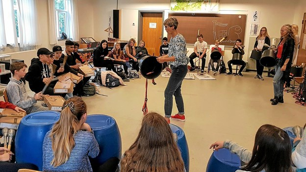 Stomp med engagement og høj lyd under ledelse af Pia Winther fra Nøvling Skole. Foto: Karl Erik Hansen