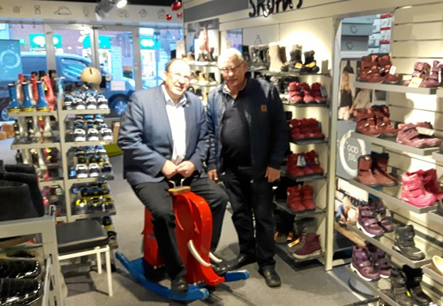 Den gamle elefant er nu kommet hjem til jul i skobutikken hos Lars Jacob, hvor forretningsindehaver Lars Jacob ikke er bleg for at tage en tur.Privatfoto