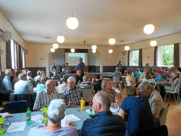 Knap 100 borgere var torsdag aften mødt op til borgermødet i Hvornum Forsamlingshus for at høre nærmere om planerne for byens gamle skole og udtrykke deres mening.