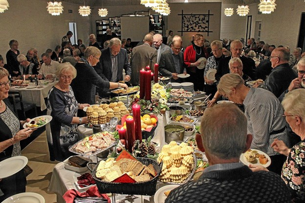 Deltagerne nød den lækre mad, og der var masser at vælge imellem. Foto: Hans B. Henriksen Hans B. Henriksen