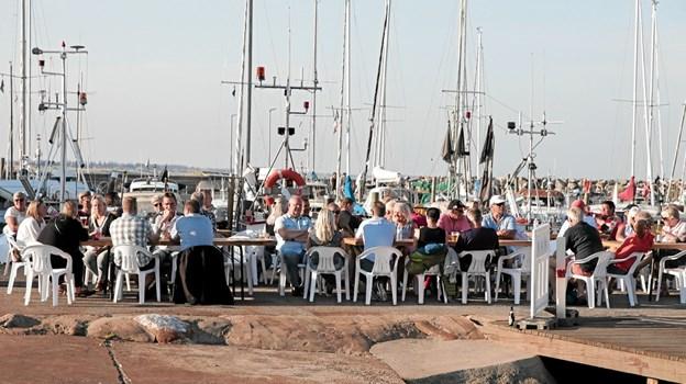 Hygge og god mad på havnen i Ålbæk. Foto: Peter Jørgensen Peter Jørgensen